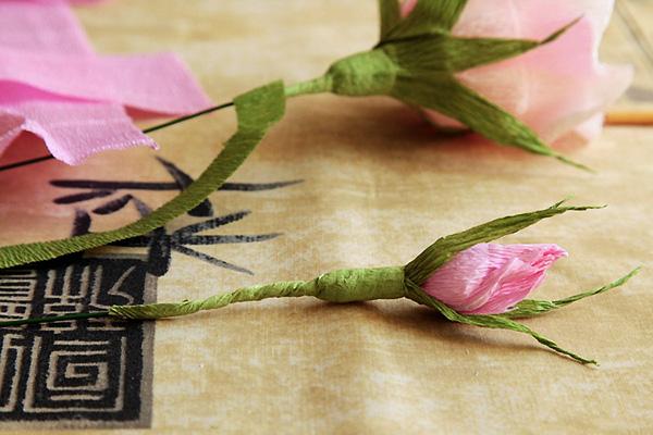 Бутоны розы из гофрированной бумаги своими руками с конфетами 287
