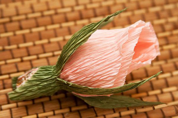 Букет бутонов роз из конфет и гофрированной бумаги своими руками 21